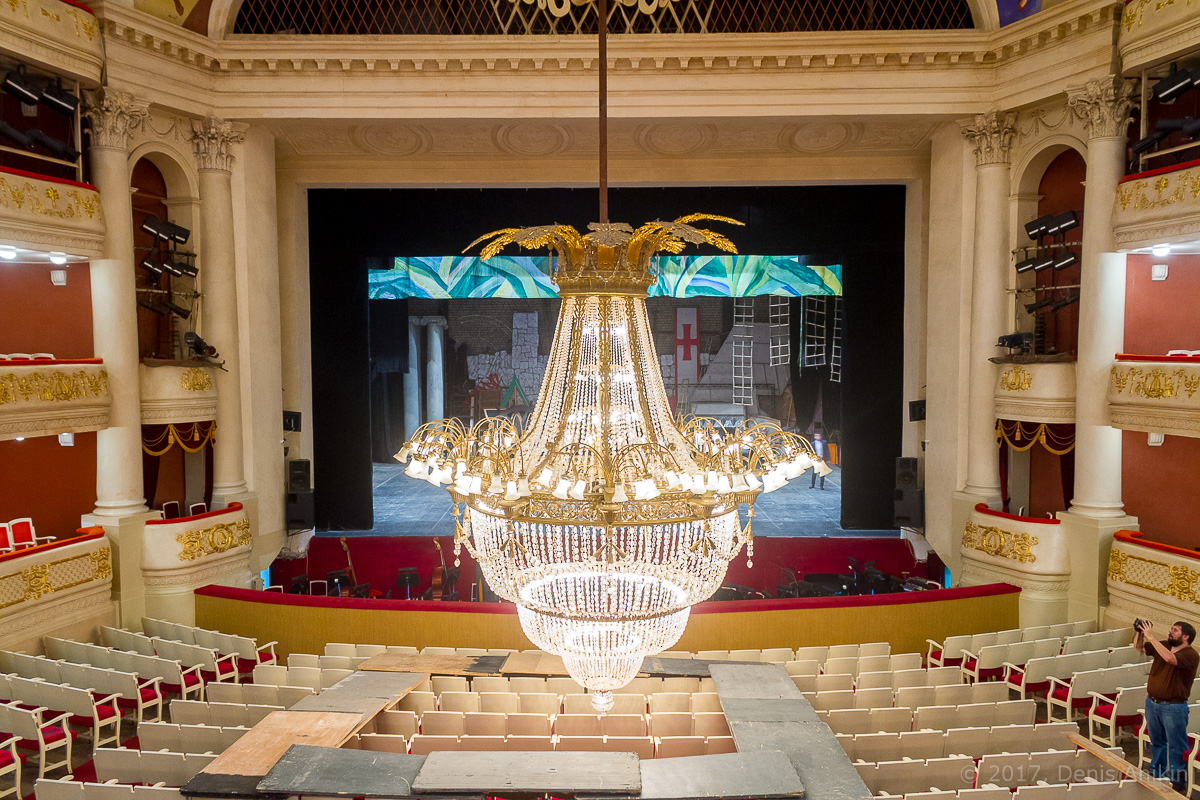 опускают люстру в театре оперы и балета фото 10