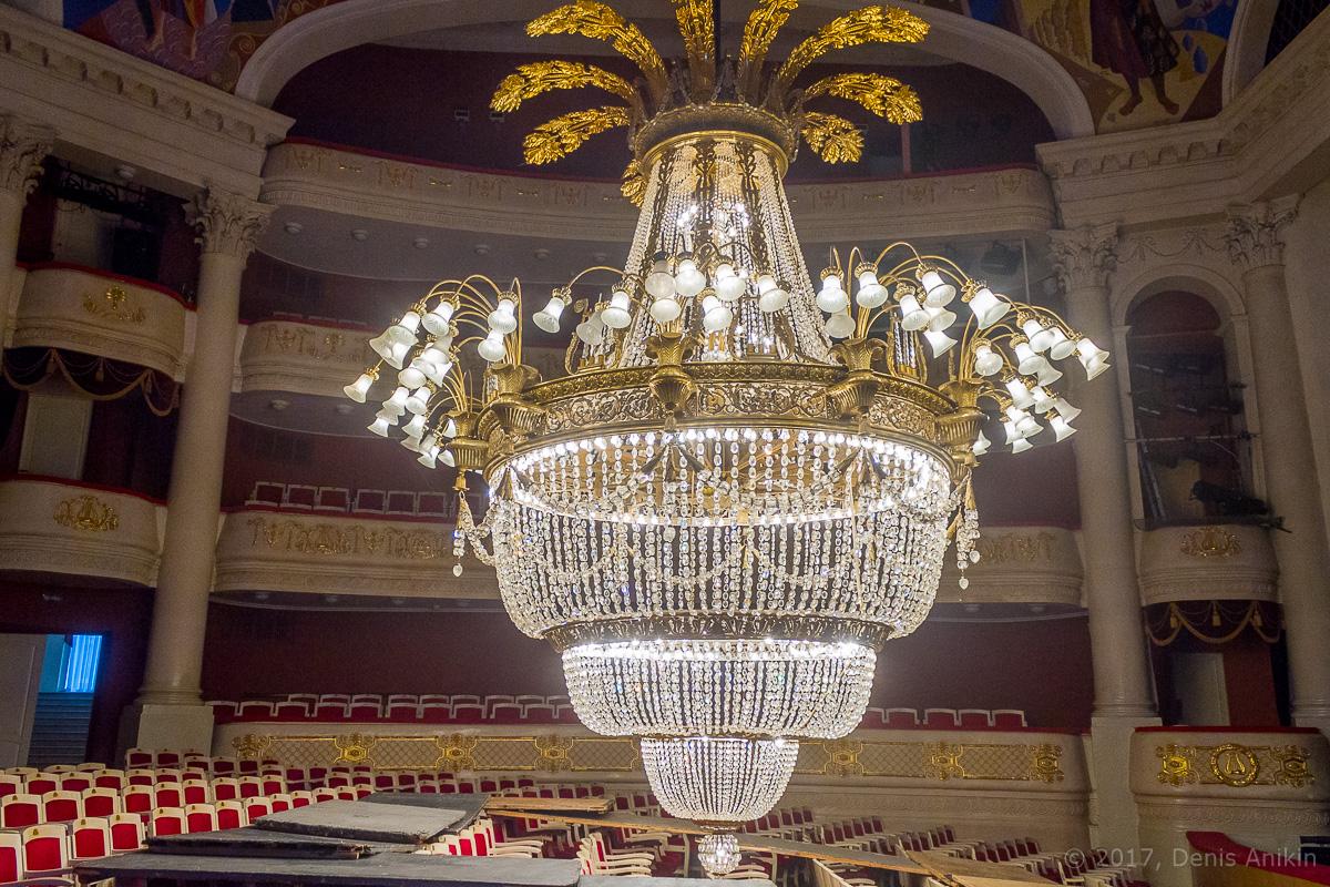 опускают люстру в театре оперы и балета фото 13