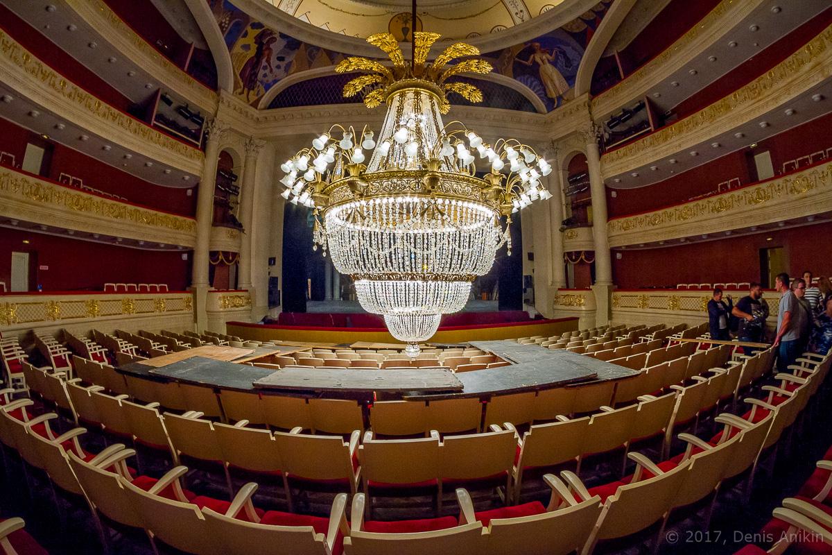 опускают люстру в театре оперы и балета фото 15