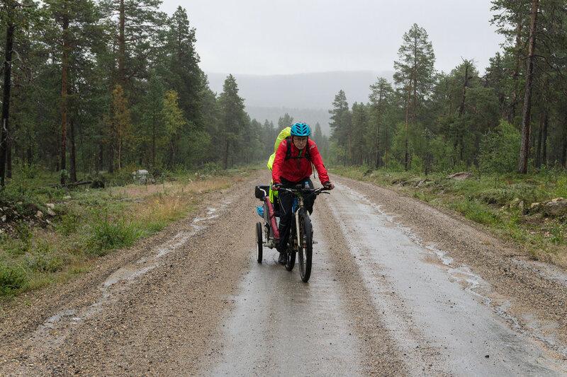 велосипедист в велопоходе по финляндии под дождем