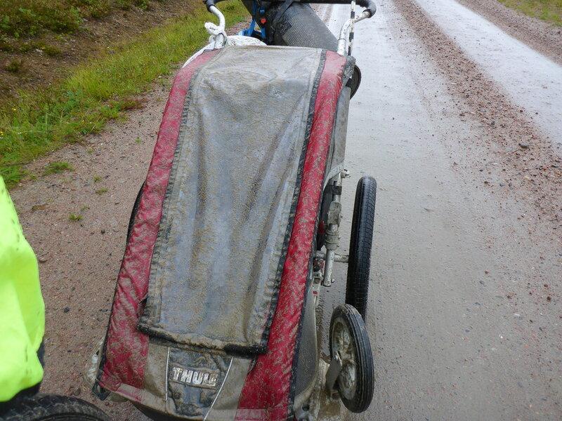 велоприцеп Thule chariot cougar забрызган грязью во время дождя