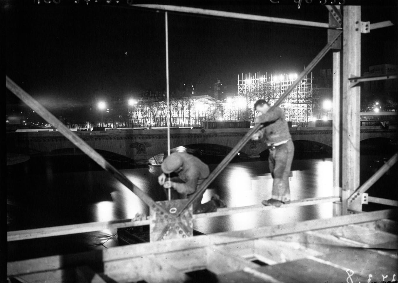 Строительство продолжается и по ночам, несмотря на наводнение