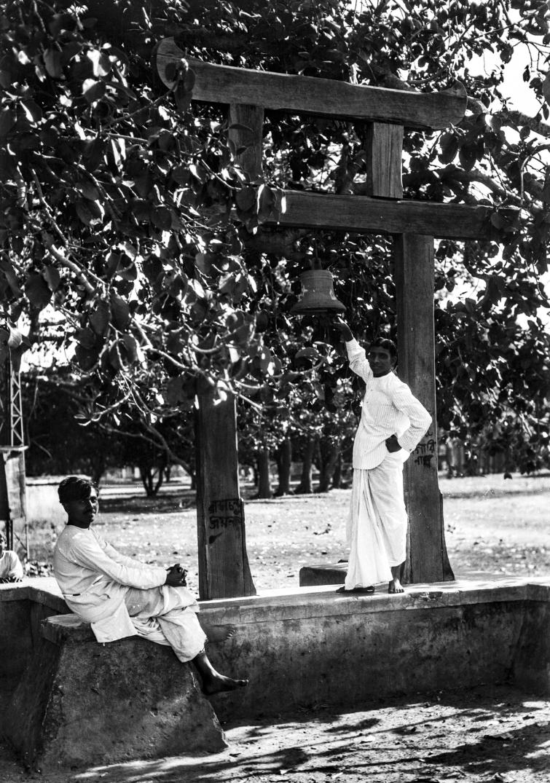 1335. Шантиникетан. Двое мужчин возле колокола университета