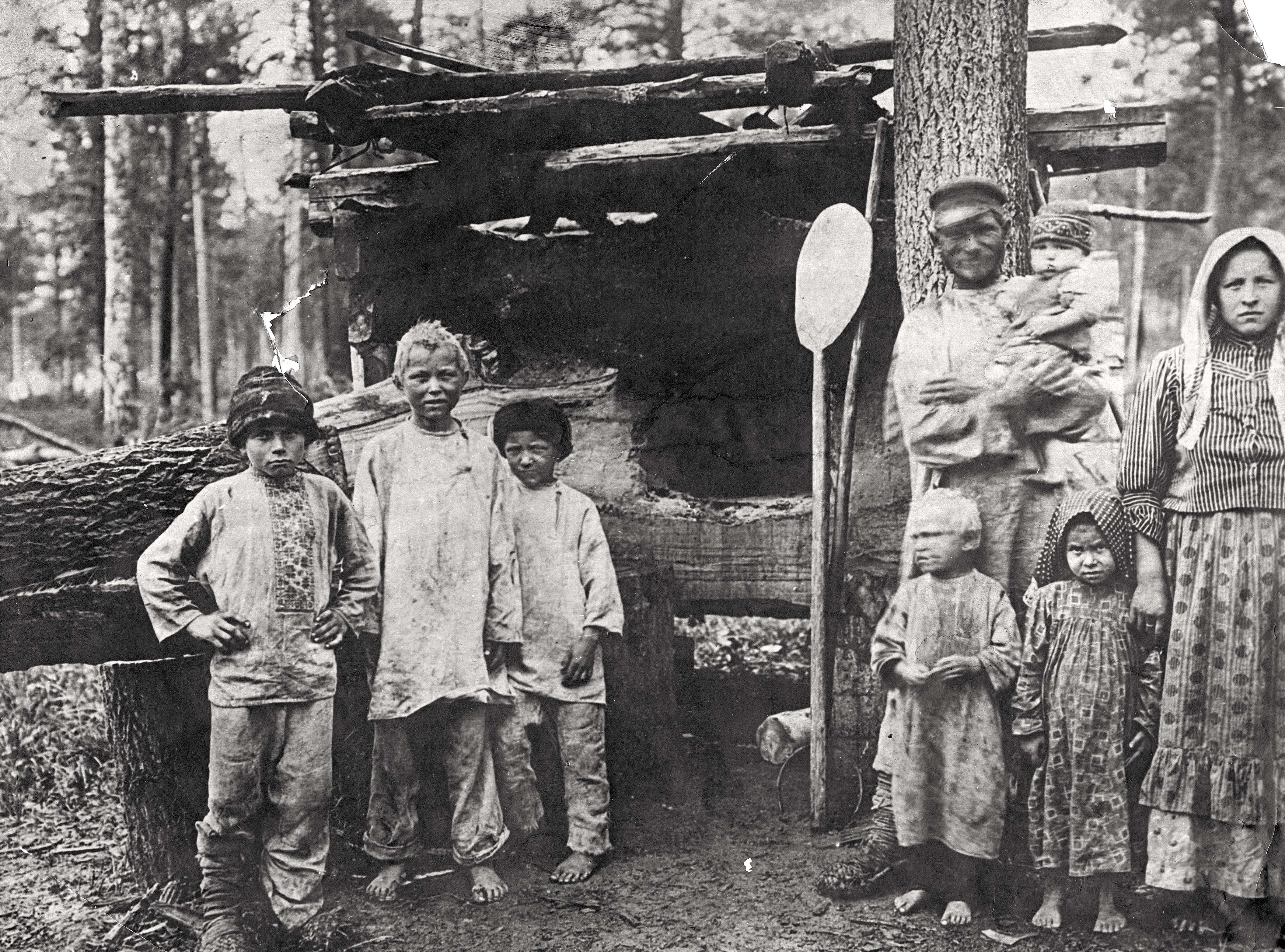 Окрестности города. Крестьяне - переселенцы у временного жилья в Минусинском уезде