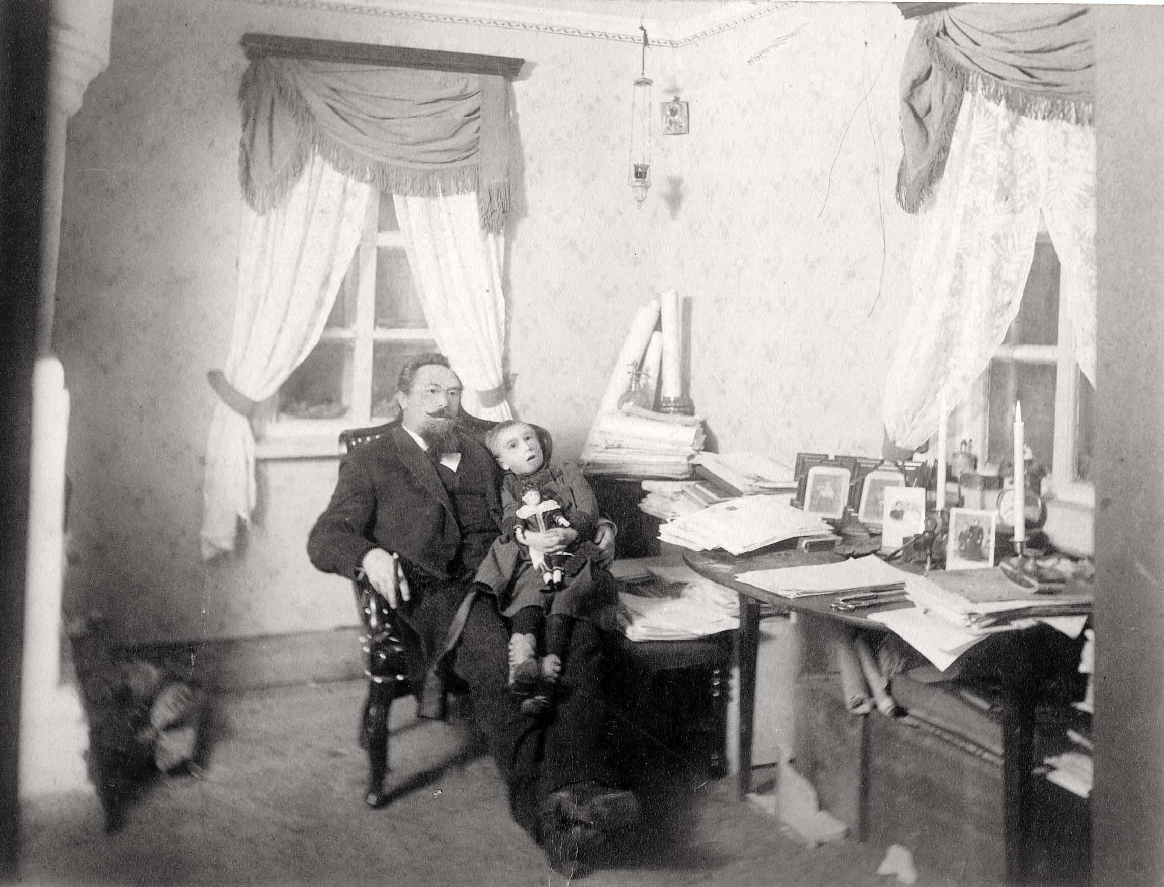 Окрестности города. Фрагмент рабочего кабинета жилого помещения на золотых приисках (Минусинский горный округ)