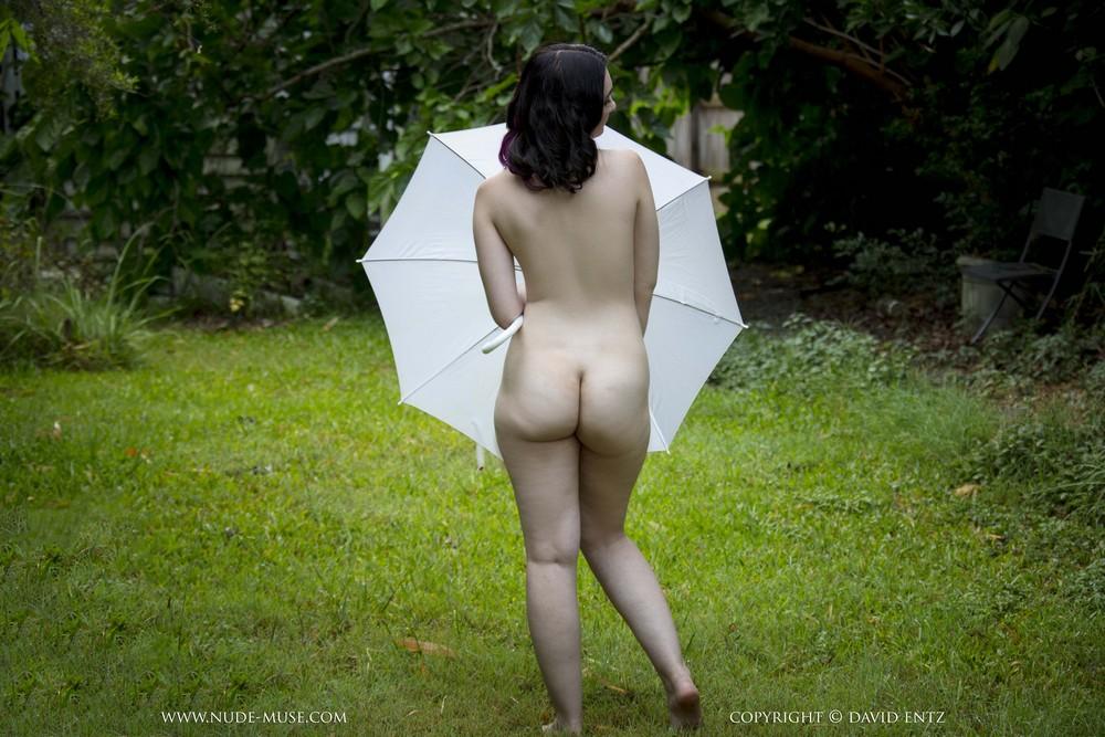 Обнаженная Nora-Rose с зонтиком