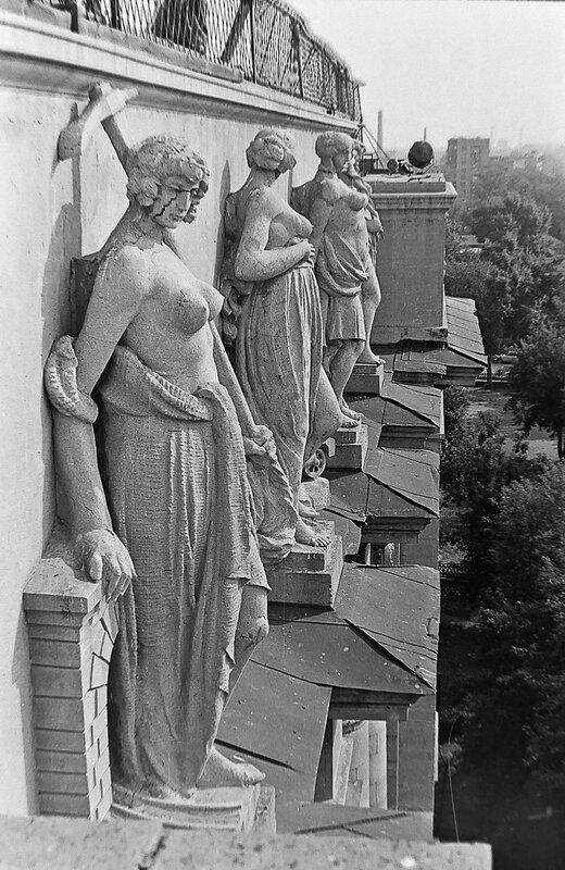 Скульптурное украшение ОмИИТа