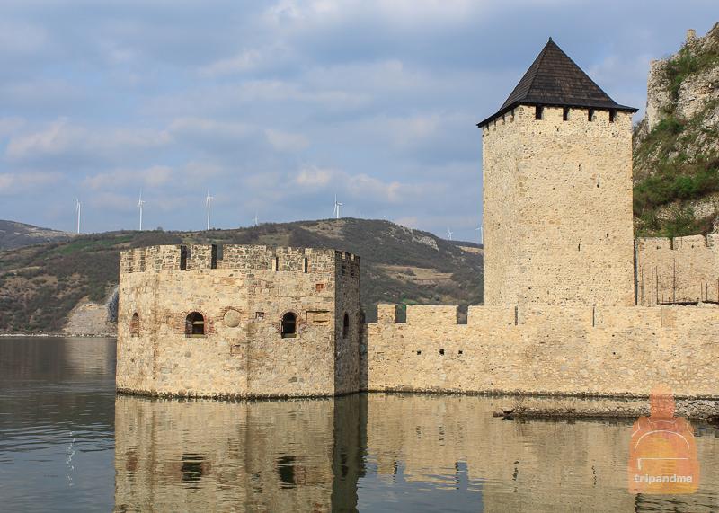 Полузатопленная башня в крепости