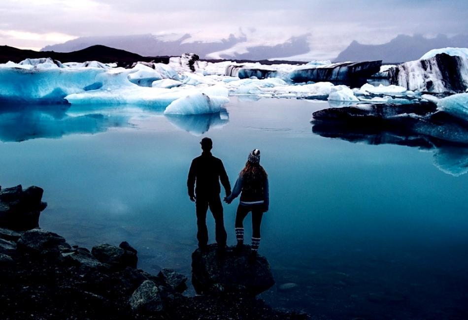 Молодая пара решила вместо стандартной свадьбы уехать с фотографом в Исландию