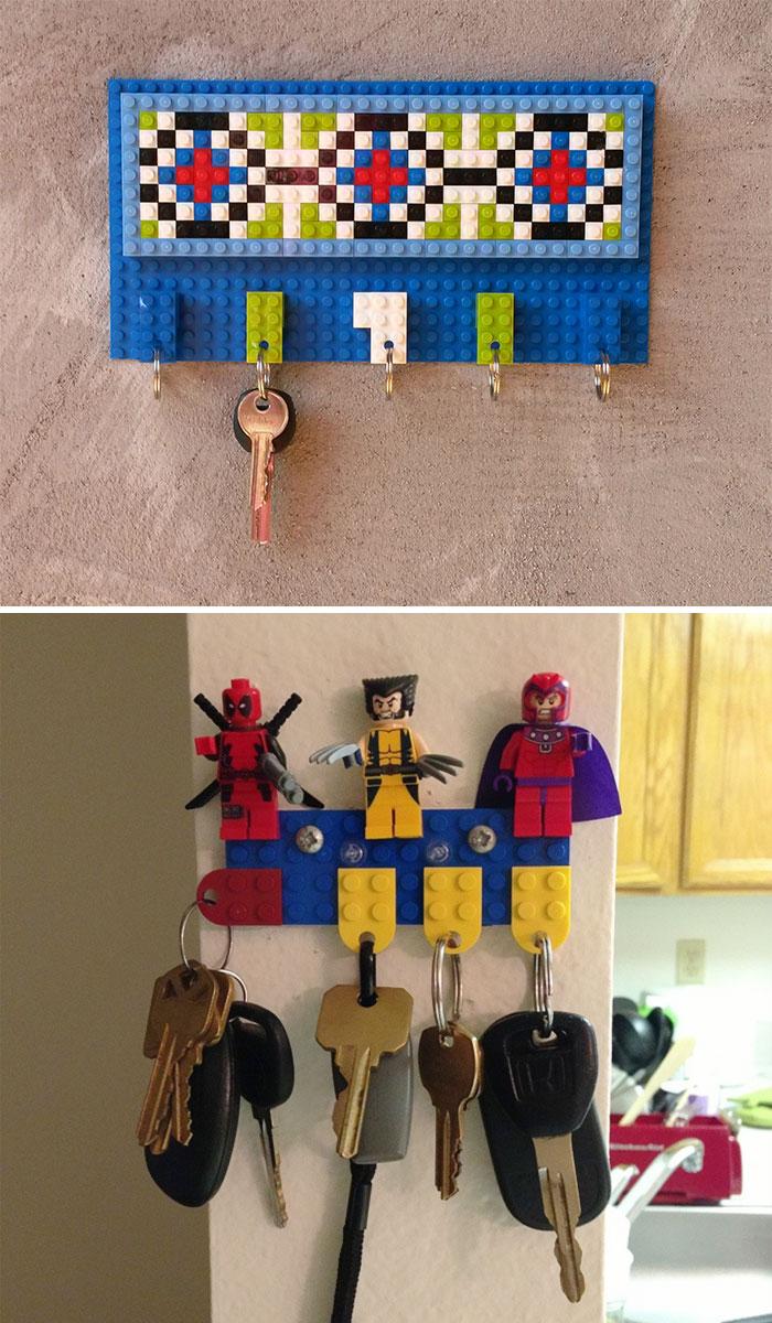 Из Lego можно сделать оригинальную настенную ключницу, от которой дети точно будут в восторге.