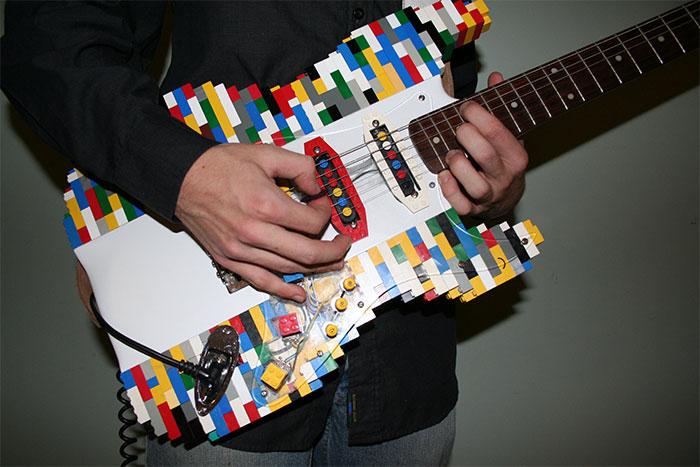 Вот еще один вариант электрогитары из деталей Lego. В общем, можно с уверенностью заявить: из этого