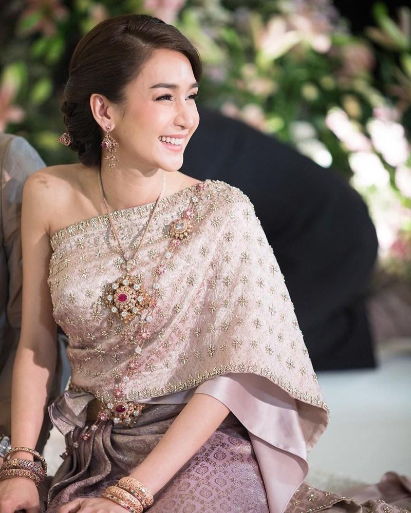 Вместо одного наряда эта невеста надела шесть свадебных платьев