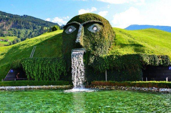 Мало того что здесь находится один из самых странных и необычных водопадов — под этой травянис