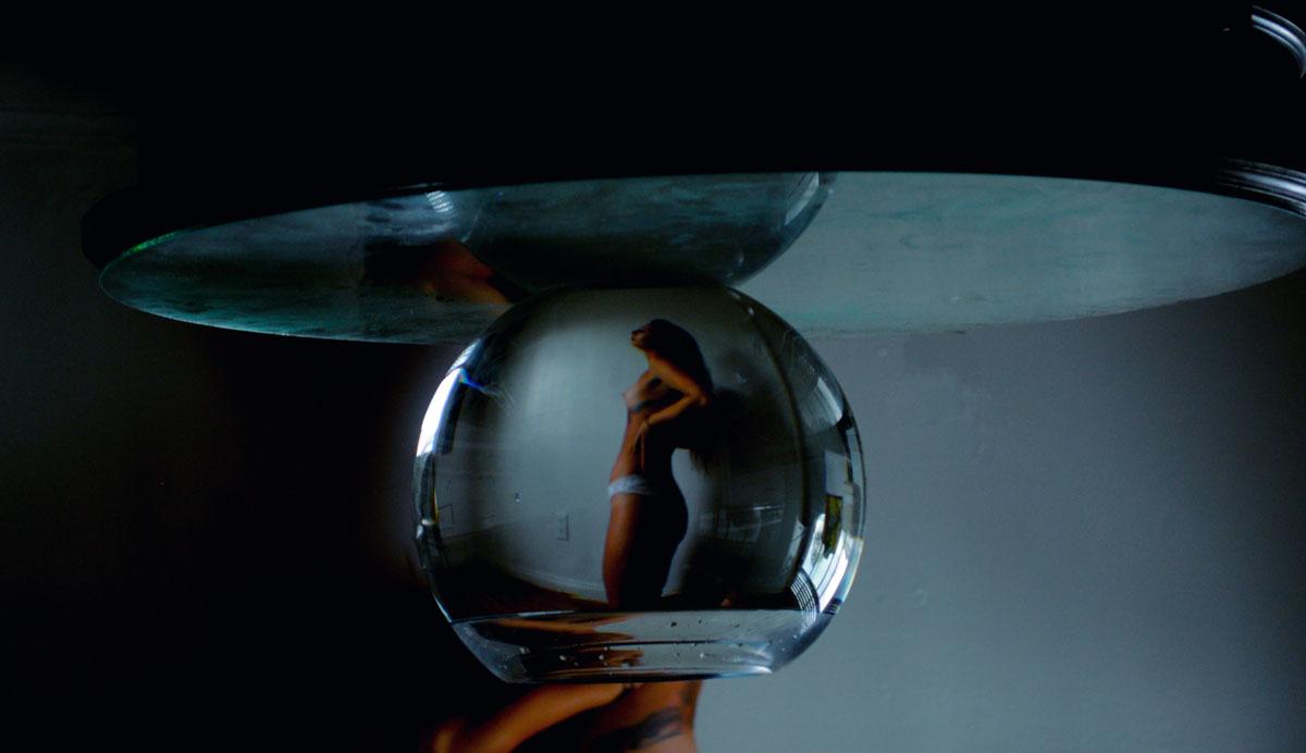 Обнаженная Дана, снятая через аквариум
