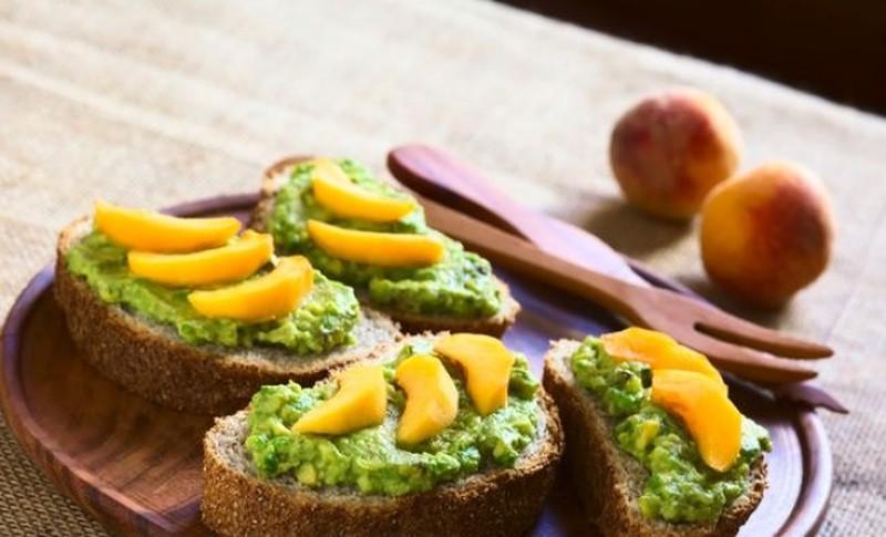 Тост с авокадо и персиками. Ингредиенты: 1 большое спелое авокадо 1 персик зерновой хлеб Приготовлен