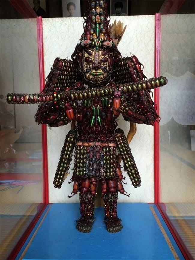 Невероятные японские статуи из жуков (10 фото)