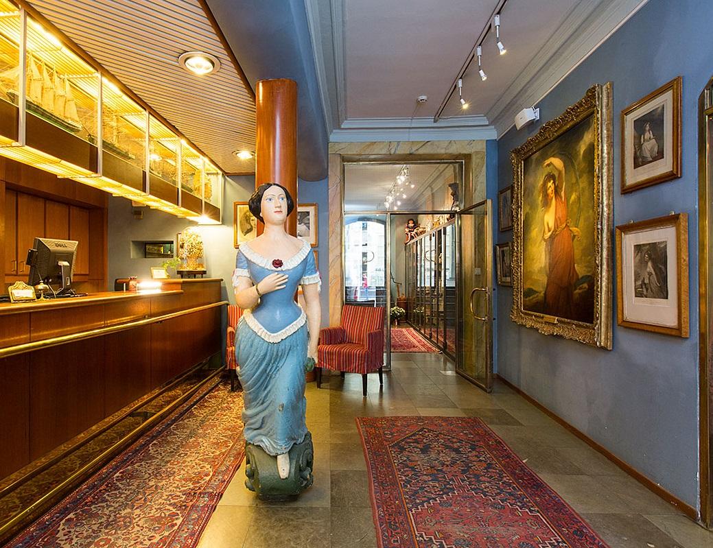 Отель Lady Hamilton семья украсила статуэтками и картинами на тему вечной женственности. На ресепшен
