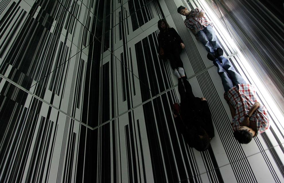 Человек-невидимка Лю Болин исчезает в супермаркете в отделе с овощами. (Фото REUTERS | China Da