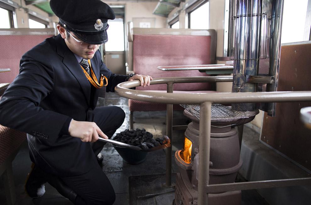 12. Вот такой винтажный японский поезд ездит зимой на северной оконечности острова Хонсю. (Фото
