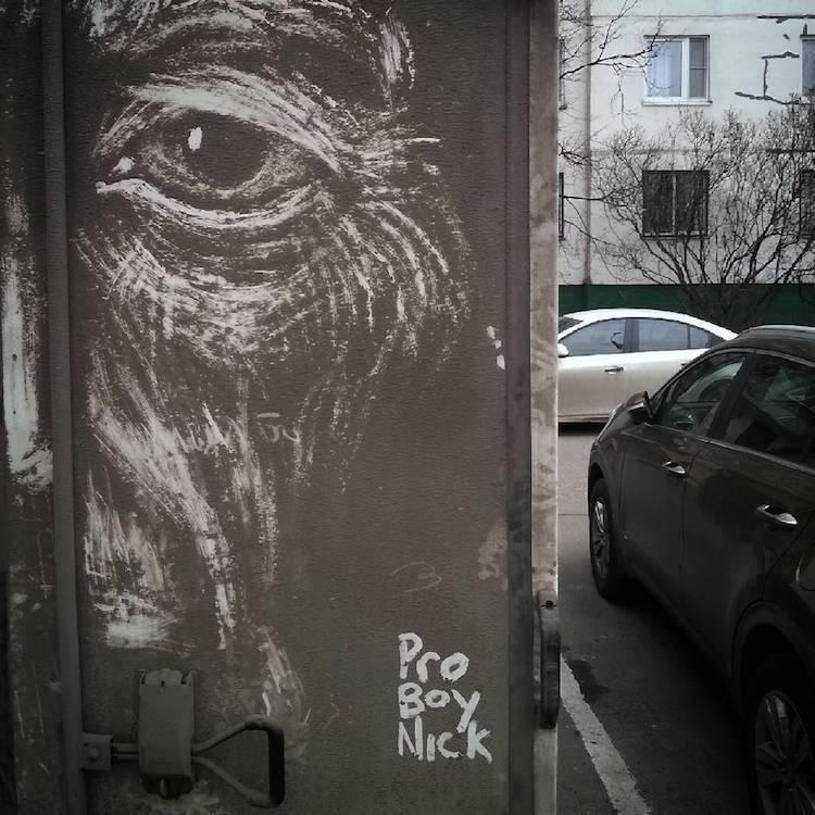 Грязная машина вместо холста: уличное искусство Никиты Голубева (8 фото)