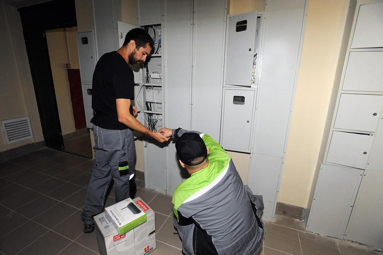 25. После этого монтажники возвращаются на этаж, где кабель прикрепляется к уже подключенным провода