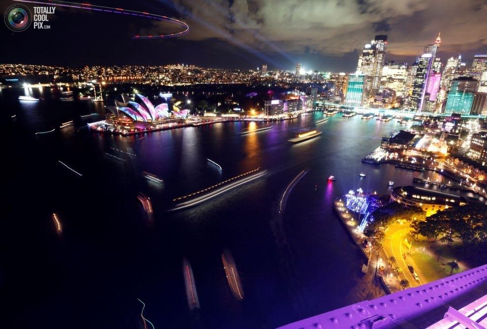 Катера и паромы в заливе Порт-Джэксон. Вид с вершины моста Харбор-Бридж в день открытия фестиваля Vi
