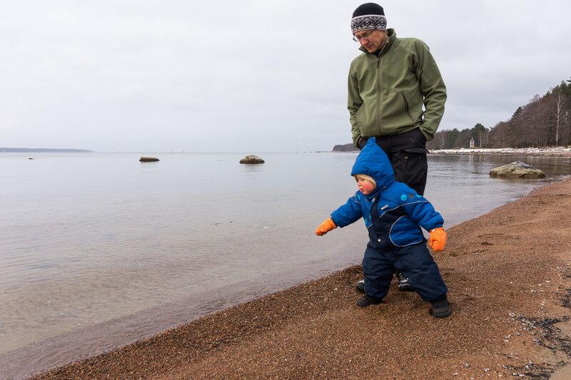 ребенок кидает камни в воду