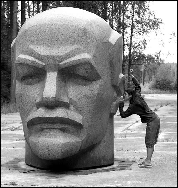 После распада СССР голову Ленина с центральной площади города Алуксне (Латвия) перевезли на бывшую секретную ракетную базу СССР (Алуксненский район).jpg