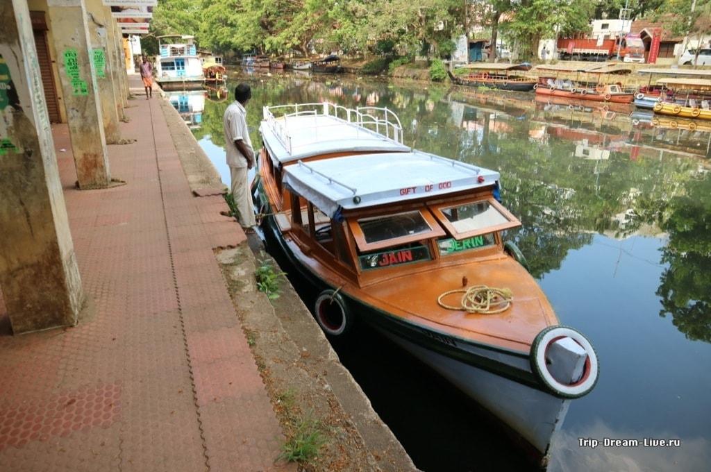 Наш кораблик для прогулки по каналам Аллеппи