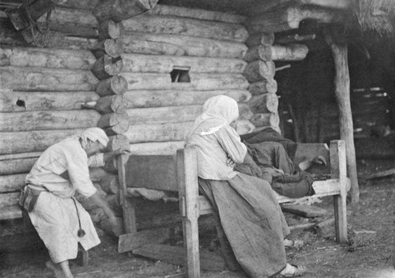 Женщина оплакивает своего мужа, ушедшего на войну