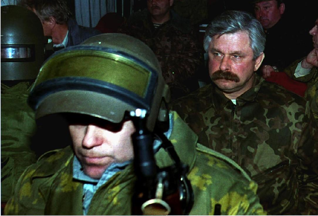 Арестованного Александра Руцкого выводят из «Белого дома» в Москве, 5 октября