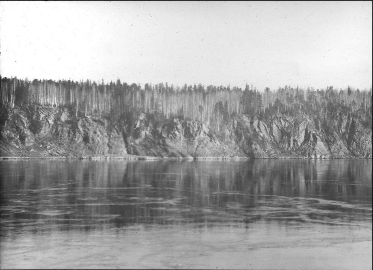 18 сентября 1914. Остров Осиновский порог  на реке Енисей. На заднем плане - крутой берег, на вершине откоса - хвойный лес