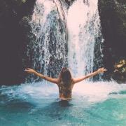 девушка у воды