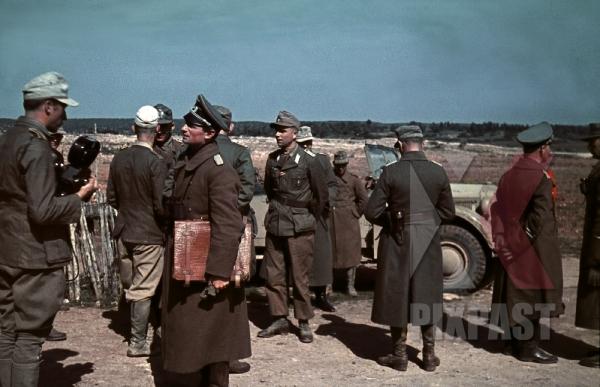 stock-photo-erwin-rommel-standing-beside-horch-901-staff-car-after-propaganda-film-interview-tunisia-1942-general-staff-12462.jpg