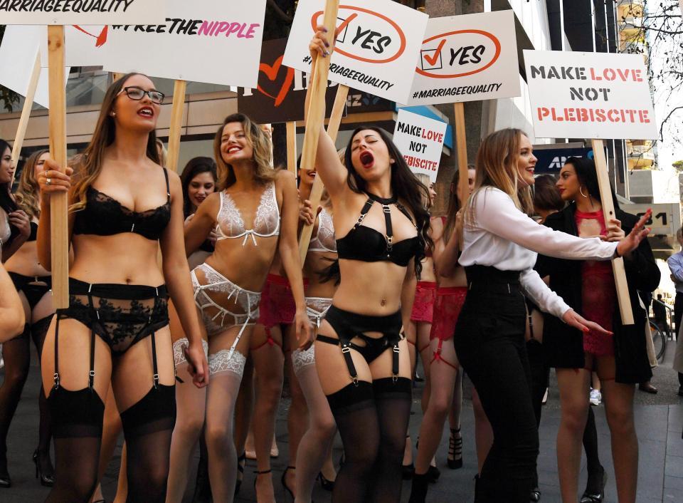 Полуголые австралийки призывают голосовать за однополые браки
