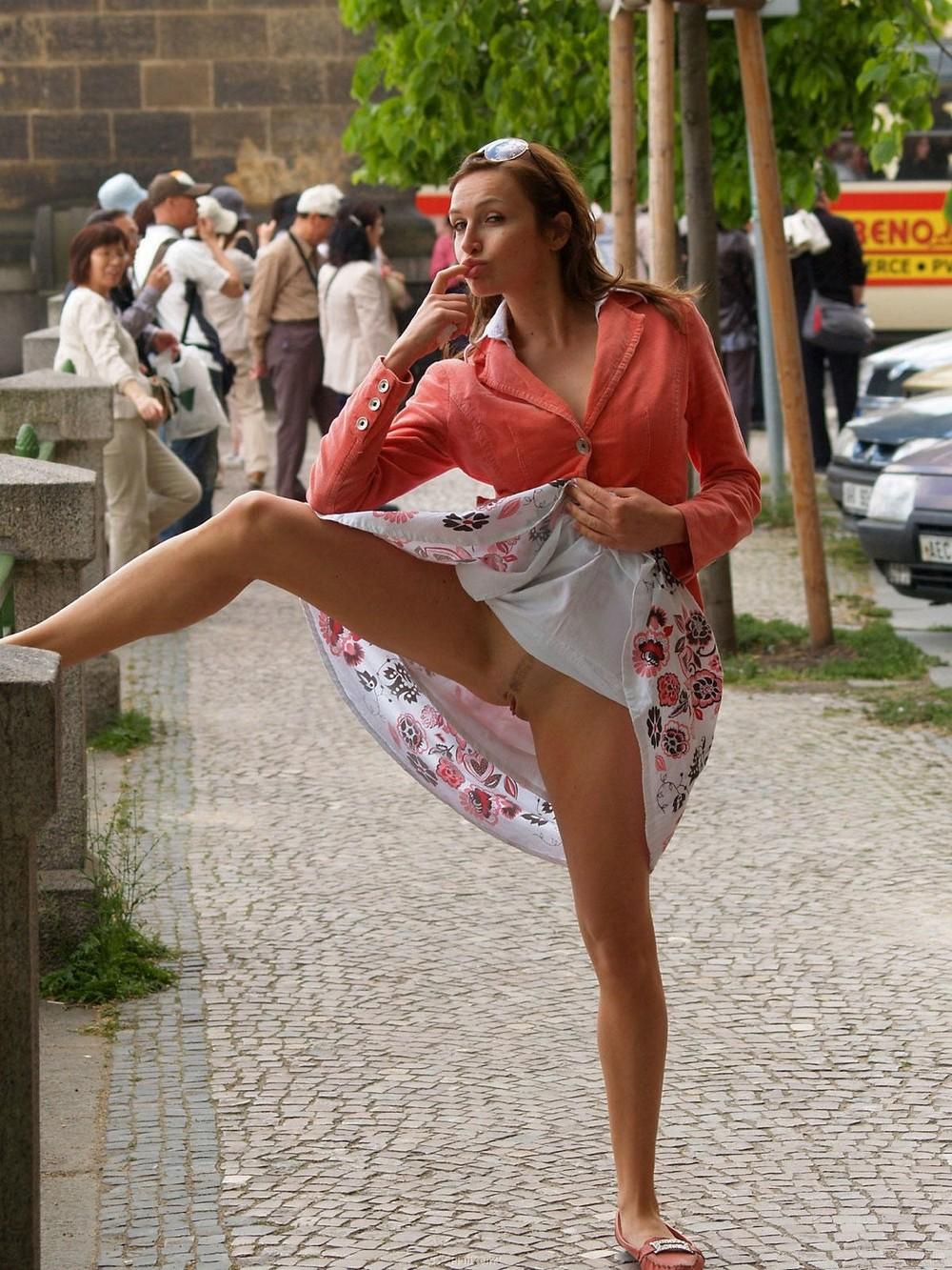 русские девушки показывают что под платьем видео вспомнил одном