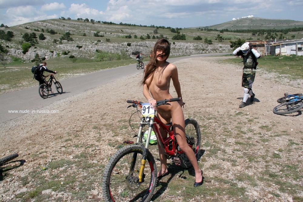 Голая Мария Рябушкина на велосипеде