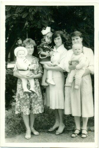 Мама и её подруги с детьми