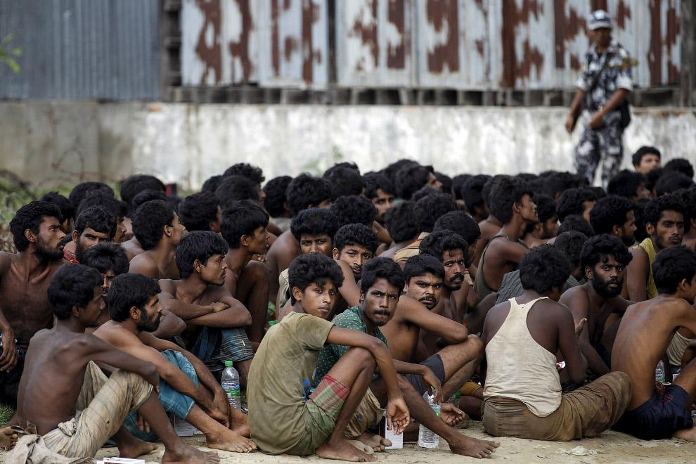 8. Судно с мигрантами и итальянская береговая охрана у берегов Ливии в Средиземном море, 22 апр