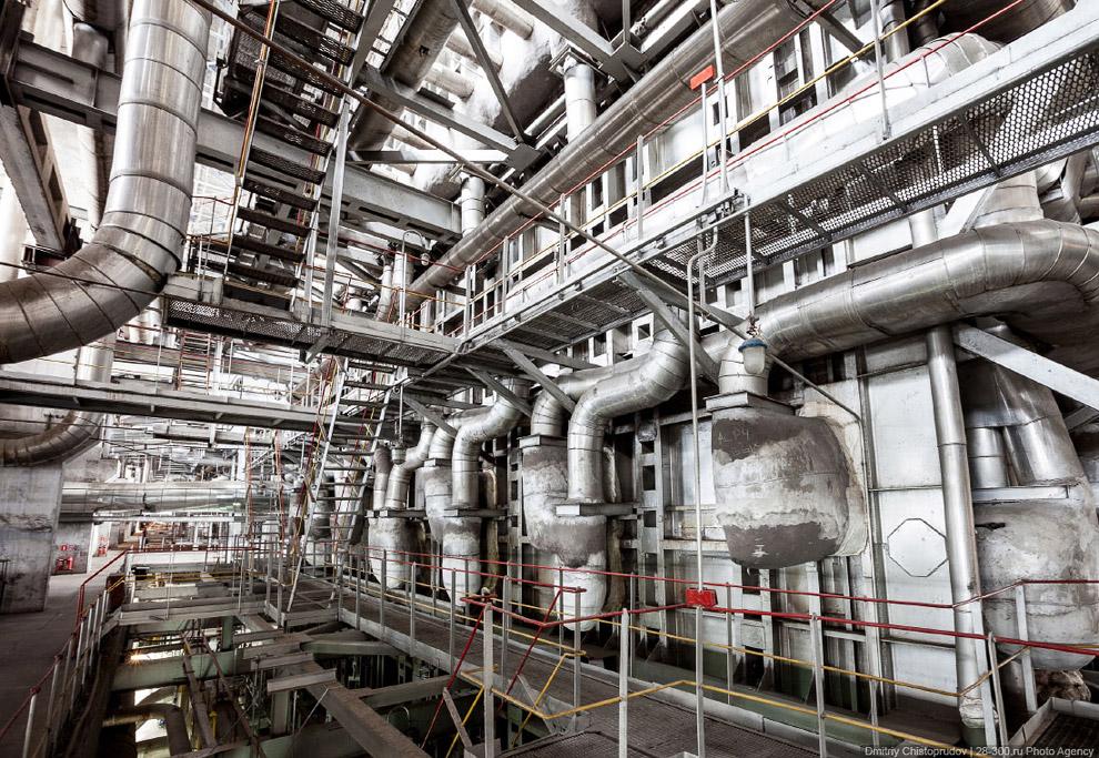 Высота котлов 300 МВт-ников достигает 42 метров. Лифты в котлотурбинном цехе имеют восемь отмет