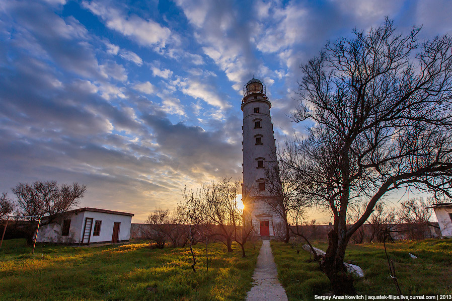 Еще в XIX в. для маячной прислуги возле башни построили дома. Сначала прислуга ютилась всего в