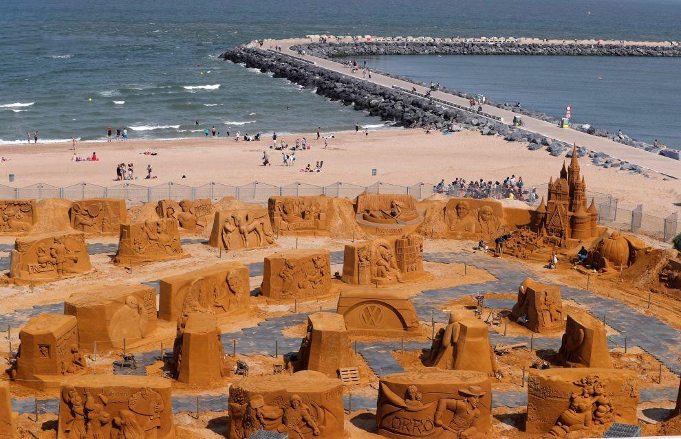 Посмотреть всё это песчаное великолепие можно будет до сентября. Если, конечно, непогода не уни