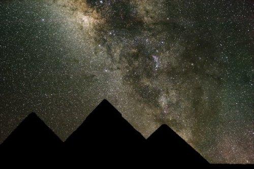 Самые знаменитые и самые большие египетские пирамиды, находящиеся в Гизе, расположены совсем не случ