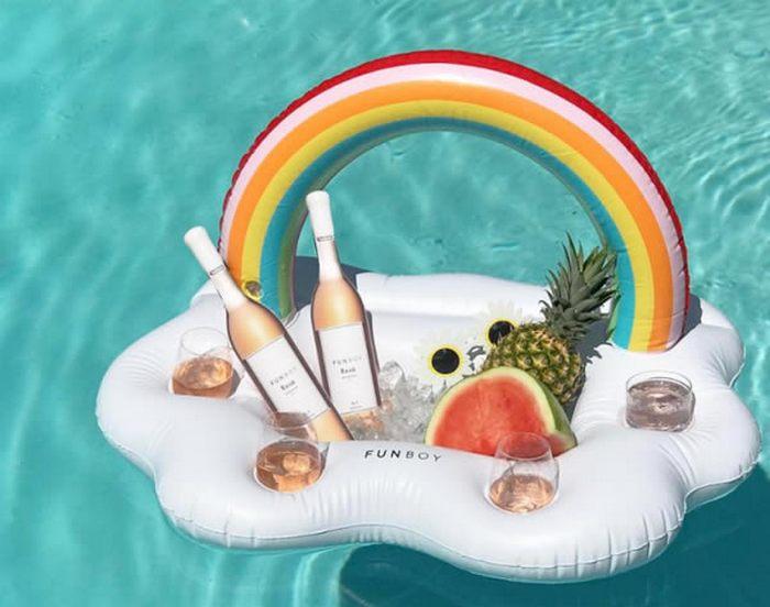 И чтобы удовольствие было полным Плавать в бассейне на матрасе — прекрасное занятие, по крайней мере