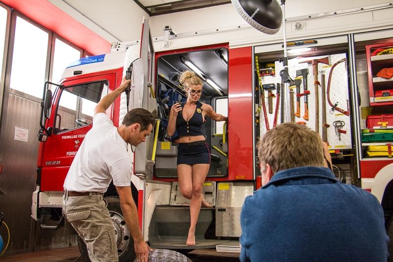 Девчонки — огонь: как снимали календарь FireGirls-2017 с сексуальными пожарницами (19 фото) 18+