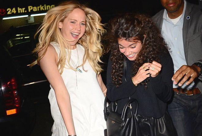 Дженнифер Лоуренс с подругой Так в чем же ее секрет? Может, она слишком доступна или настолько глупа
