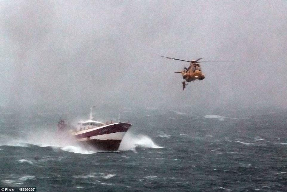 Паром отправляется из бухты в Ньюхейвене, Восточный Суссекс, во время шторма. Этот снимок занял одно