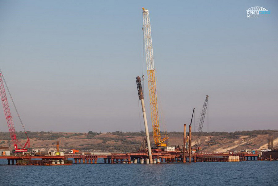3. На железнодорожной части моста работа над свайными фундаментами продолжается согласно график