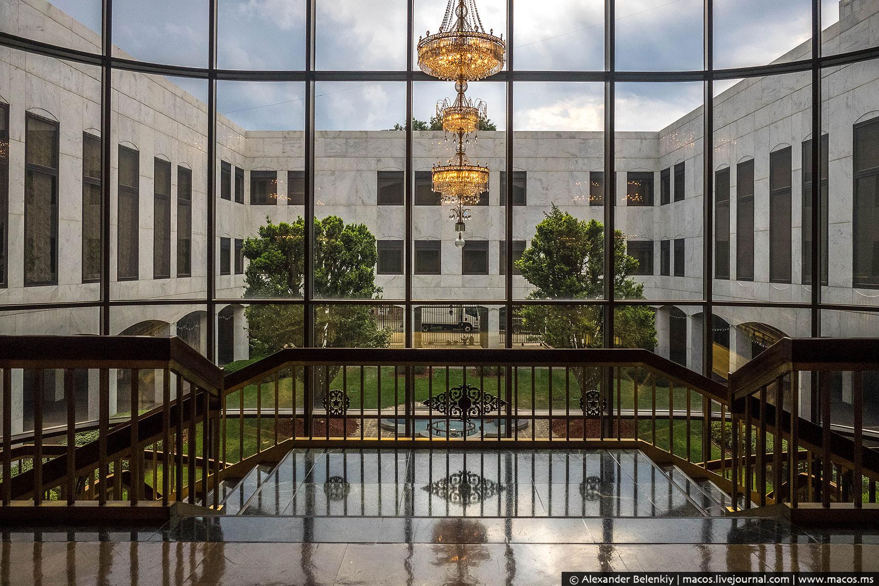 Вам не показалось, что-то похожее вы уже видели: посольский комплекс проектировал один и тот же архи