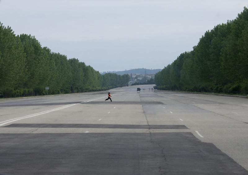 Дороги настолько широкие, что с них могут даже самолеты взлетать.